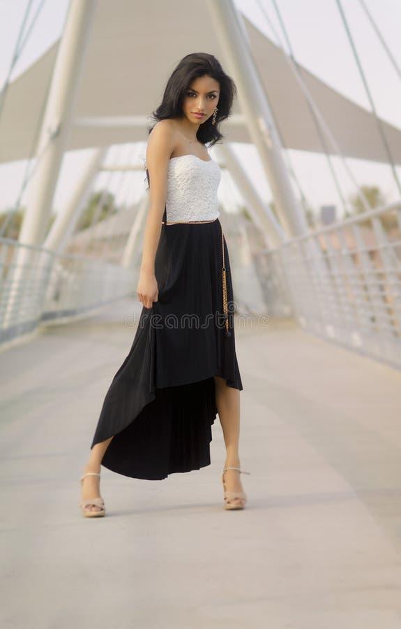 Красивая экзотическая тонкая элегантная молодая женщина стоковые фото