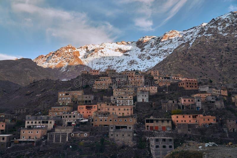 Красивая этническая деревня в горах во время захода солнца стоковые изображения rf