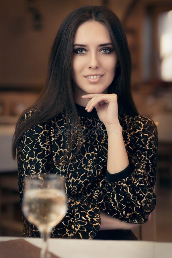 Красивая элегантная женщина сидя в ресторане стоковое фото rf