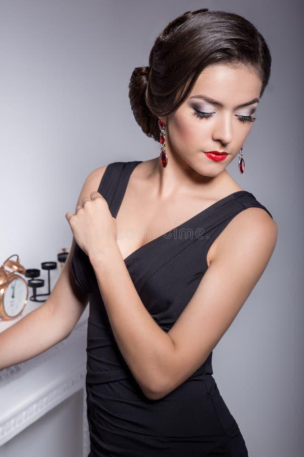 Красивая элегантная привлекательная сексуальная девушка в платье вечера с стилем причёсок и ярким составом выравнивает voila ками стоковое фото