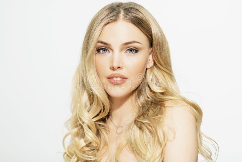 Красивая яркая блондинка с голубыми глазами, конец-вверх стоковые изображения