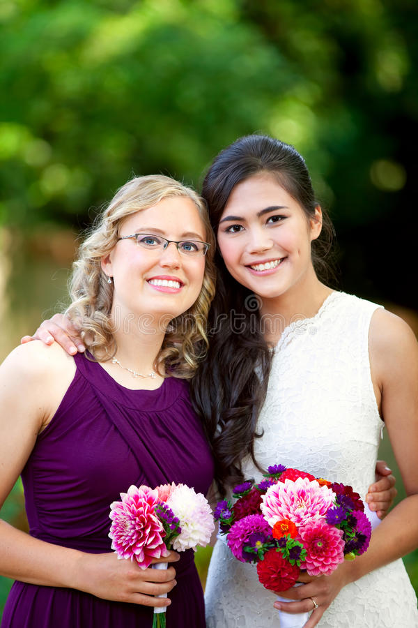 Красивая biracial молодая невеста усмехаясь с ее многонациональным grou стоковая фотография rf