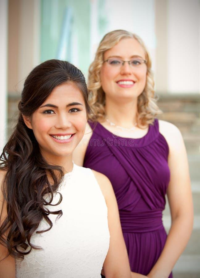 Красивая biracial молодая невеста усмехаясь с ее многонациональным grou стоковое фото