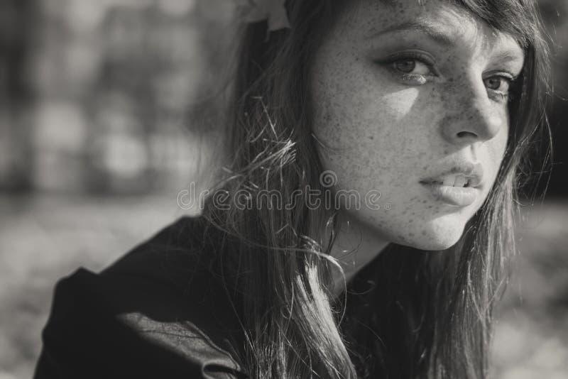 Красивая freckled женщина с красными волосами в парке падения стоковые изображения