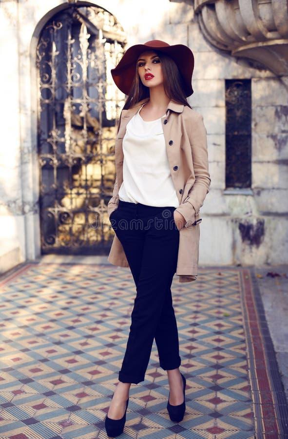 Красивая ladylike женщина в элегантной моде одевает представлять в дворце стоковое изображение rf