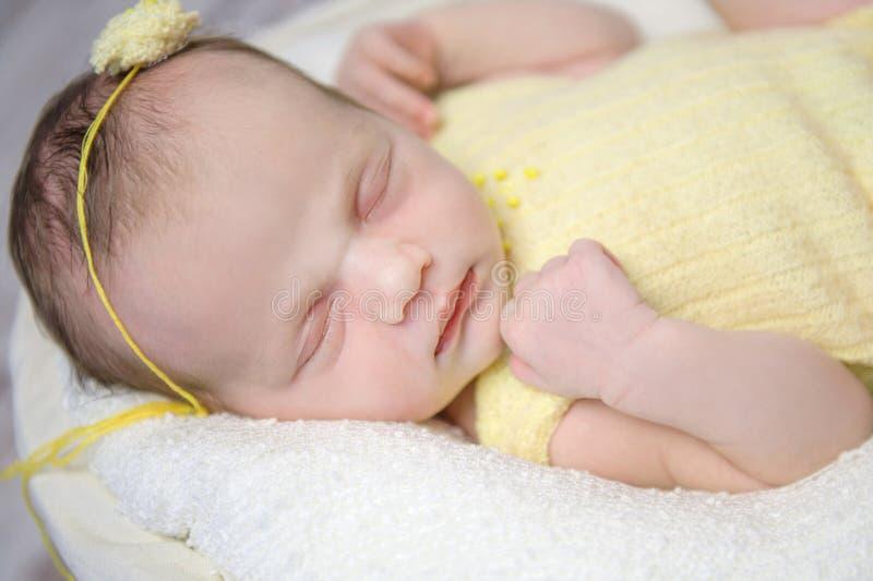 Красивая newborn девушка в желтом цветке anf костюма на голове стоковые фотографии rf