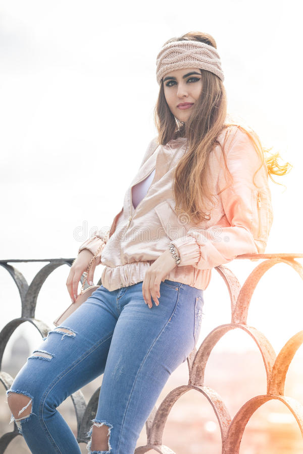 Красивая relaxed молодая женщина Outdoors в городе стоковая фотография rf