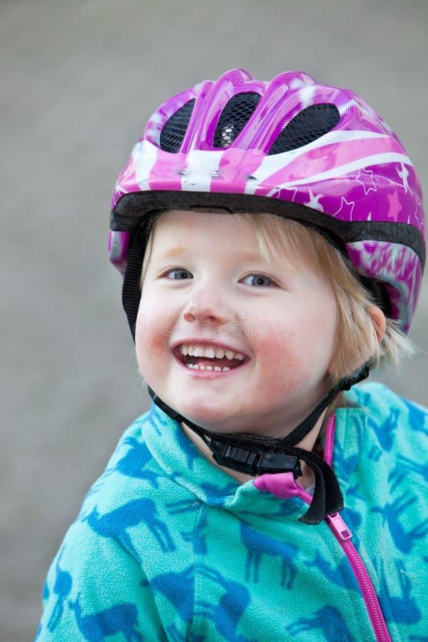 Красивая vivacious маленькая девочка с радостной улыбкой стоковые изображения