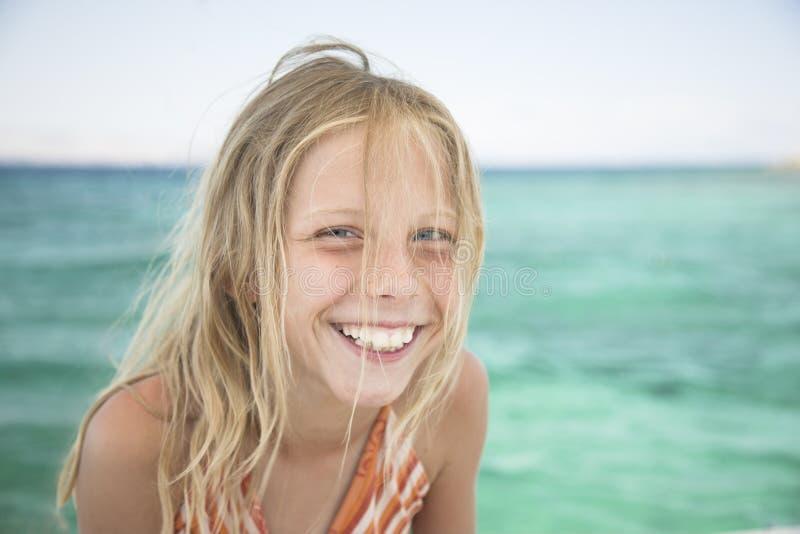 Красивейшая белокурая девушка, естественный портрет, смех мимо стоковое фото