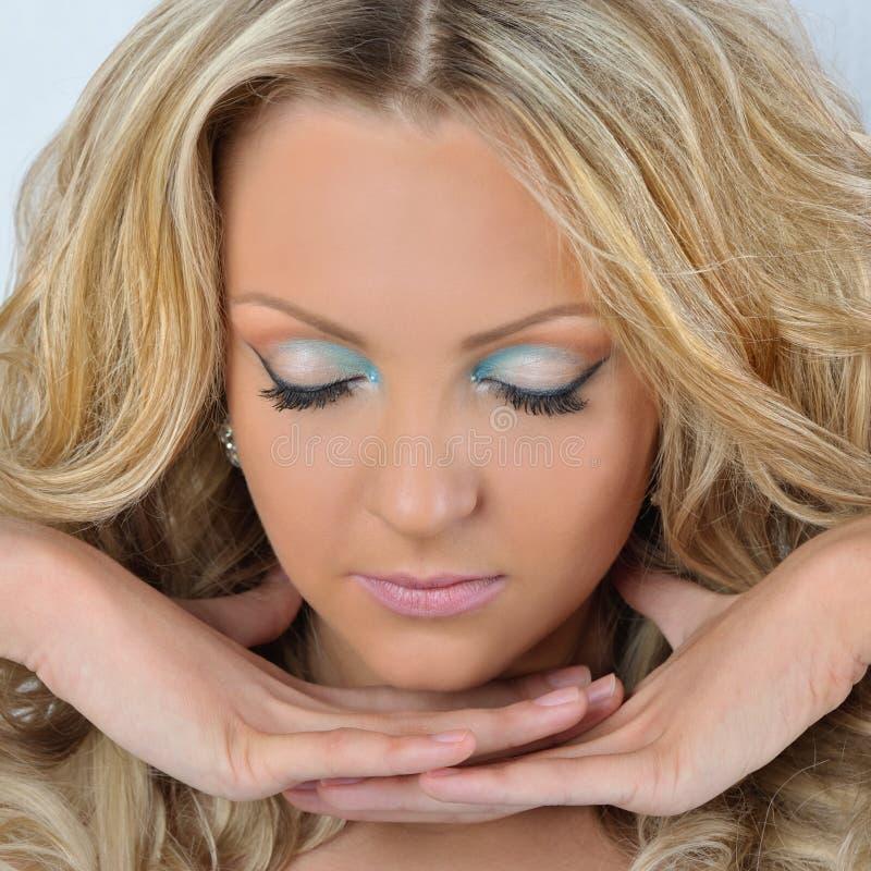 Красивейшая белокурая женщина с закрытыми глазами. стоковые фото