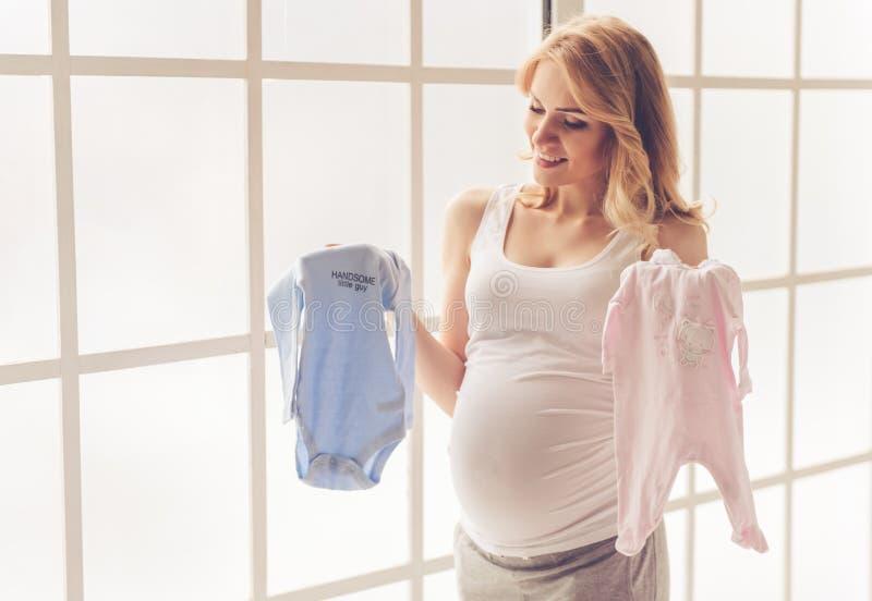 красивейшая беременная женщина стоковые фотографии rf