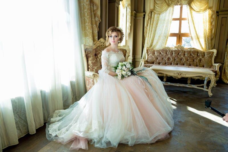 красивейшая белокурая невеста стоковое фото