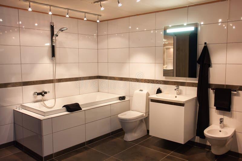 Красивейшая большая ванная комната в роскошном новом доме стоковое изображение rf