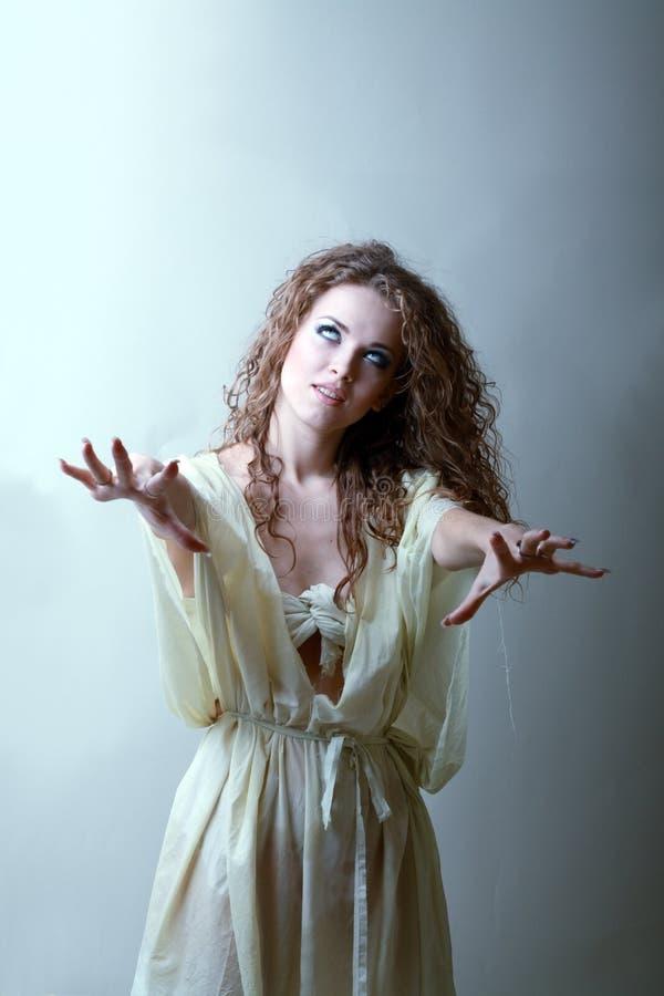 Красивейшая ведьма села женщины стоковое фото