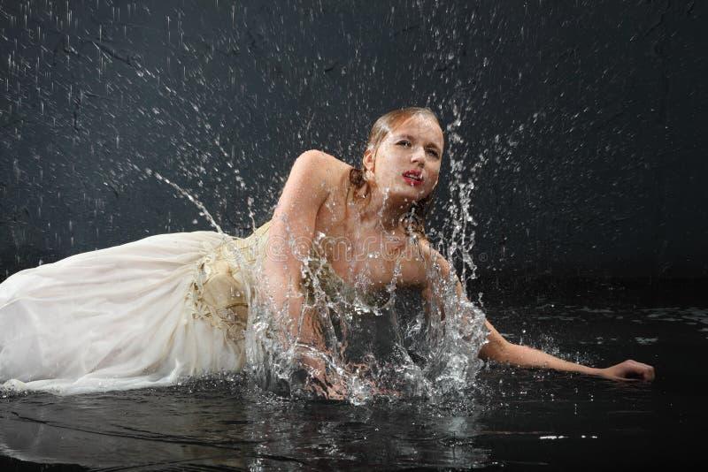 красивейшая вода брызг лож девушки пола стоковое изображение
