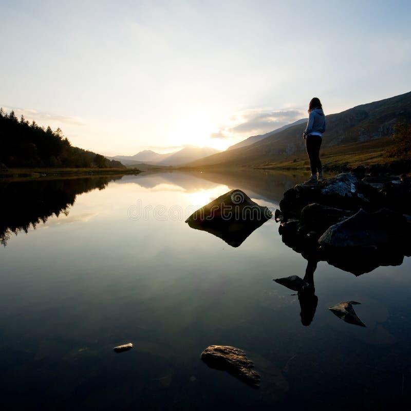 красивейшая гора озера девушки стоковое фото rf