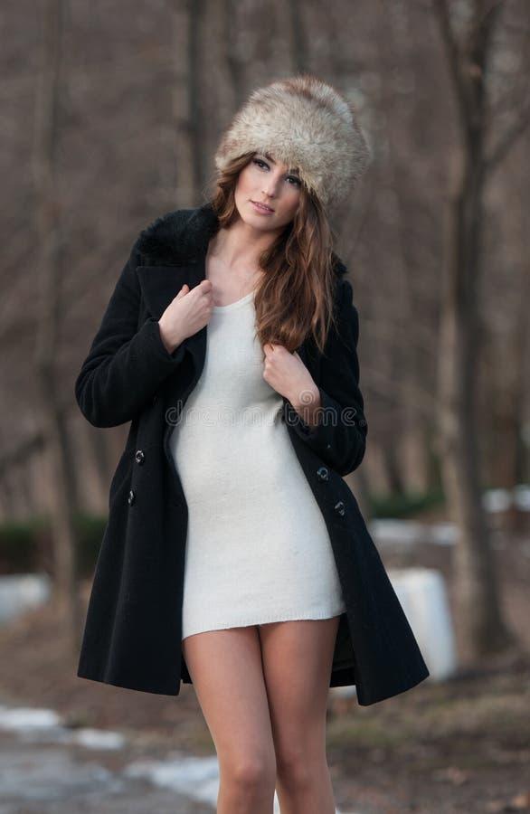 Красивейшая девушка брюнет в зиме одевает напольное стоковые фото