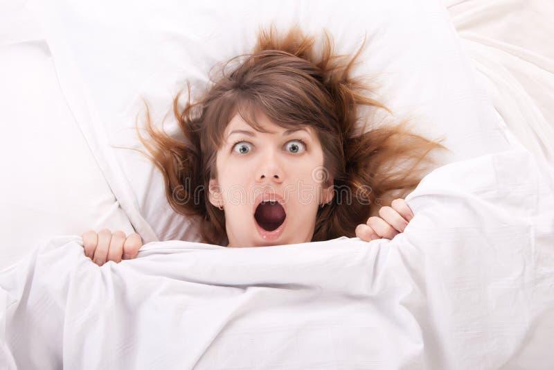 Красивейшая девушка в кровати стоковое фото