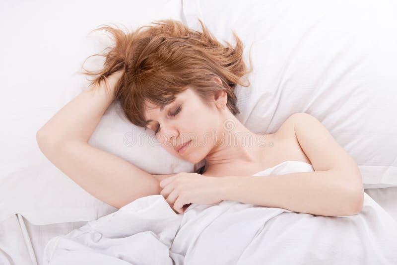 Красивейшая девушка в кровати стоковые фото