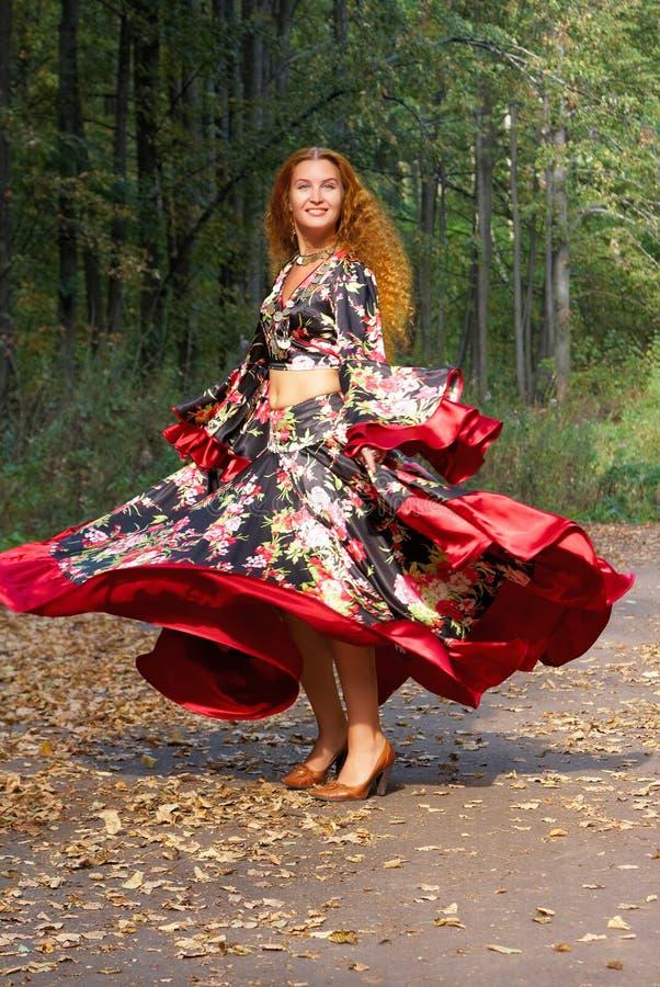 красивейшая девушка имбиря танцы с волосами стоковая фотография