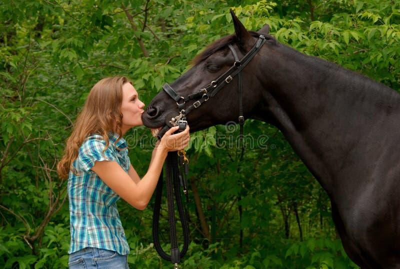 красивейшая девушка красивая ее целовать лошади стоковая фотография