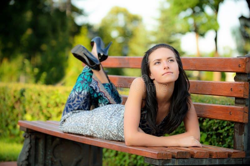 красивейшая девушка лежит парк стоковые фотографии rf