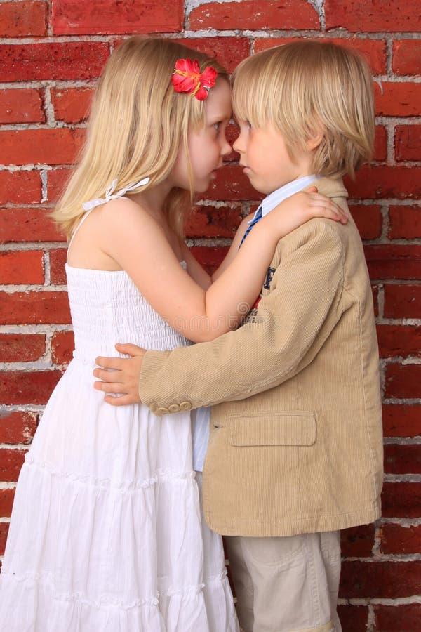 красивейшая девушка мальчика обнимая немного стоковые фотографии rf