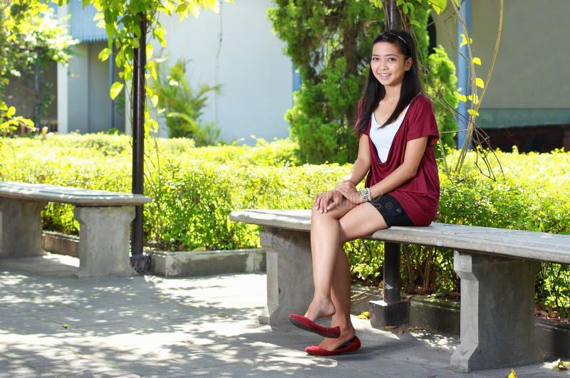 Download красивейшая девушка напольная Стоковое Изображение - изображение насчитывающей портрет, релаксация: 17613623