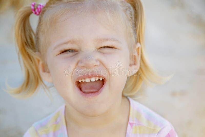 Красивейшая девушка на пляже на свободном полете стоковая фотография