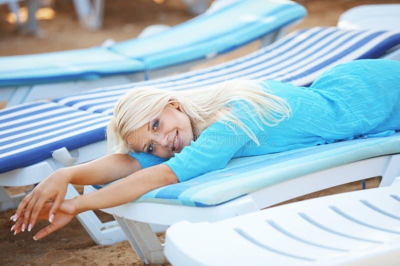 Красивейшая девушка на пляже стоковое изображение