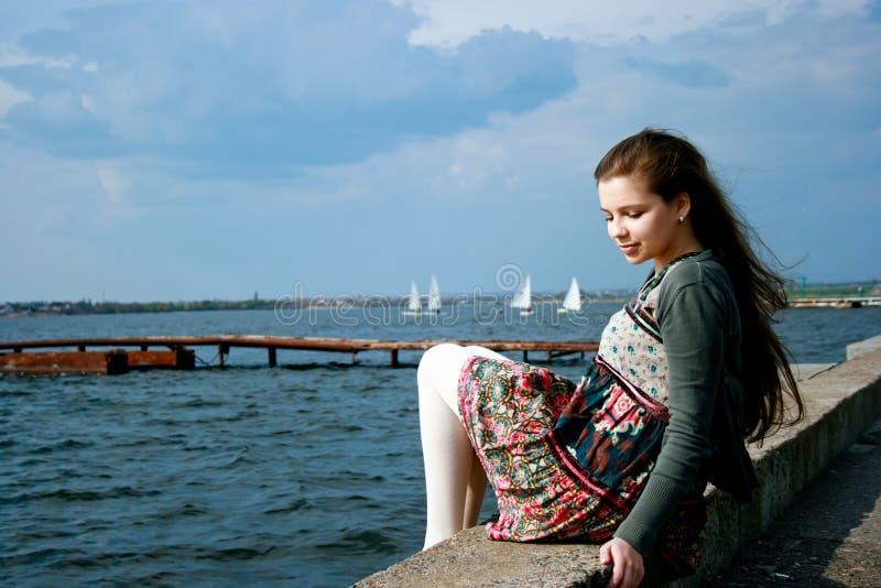 красивейшая девушка около детенышей моря стоковые изображения rf