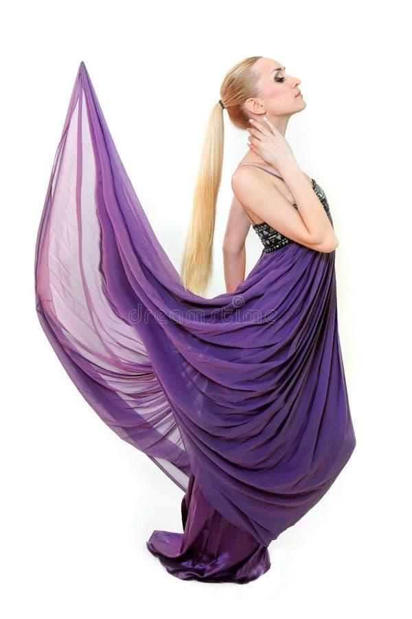 красивейшая девушка платья длиной над белизной стоковое фото