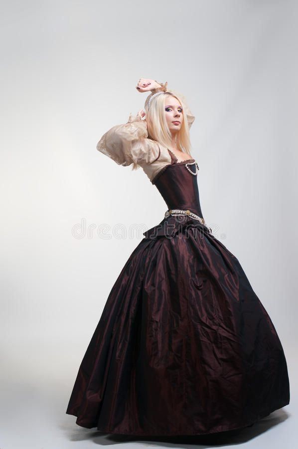 красивейшая девушка платья средневековая стоковые фотографии rf