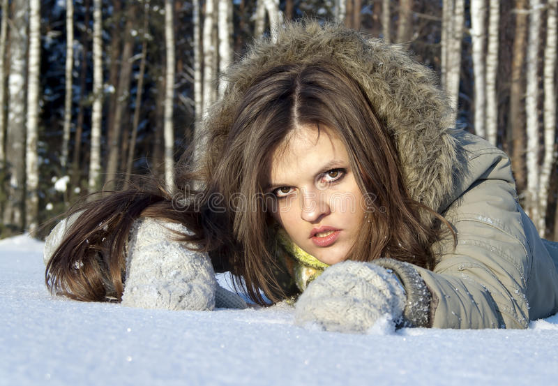 красивейшая девушка представляет снежок стоковые изображения rf