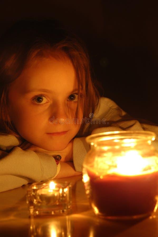 красивейшая девушка света горящей свечи меньший портрет стоковая фотография rf