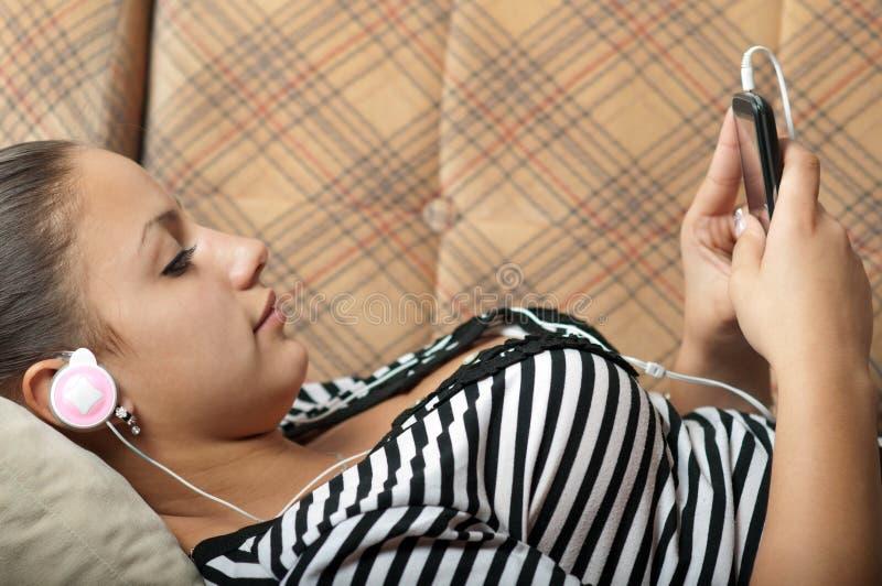 красивейшая девушка слушает телефон нот подростковый к стоковые фото