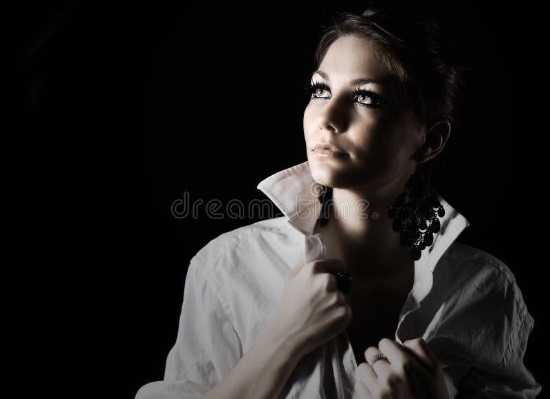 красивейшая девушка смотря подростковое поднимающее вверх стоковое изображение
