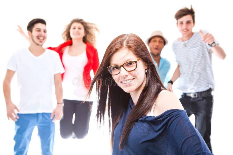 Красивейшая девушка стоя перед ее друзьями стоковые фотографии rf