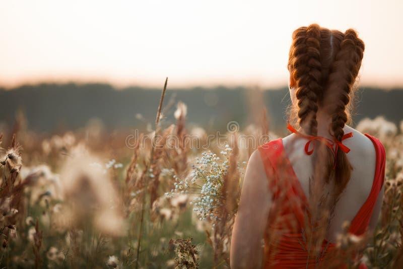 Красивейшая девушка с длинними красными волосами стоковая фотография