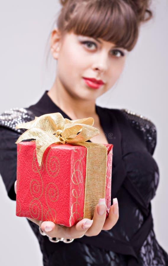 Красивейшая девушка с коробкой подарка стоковое изображение rf