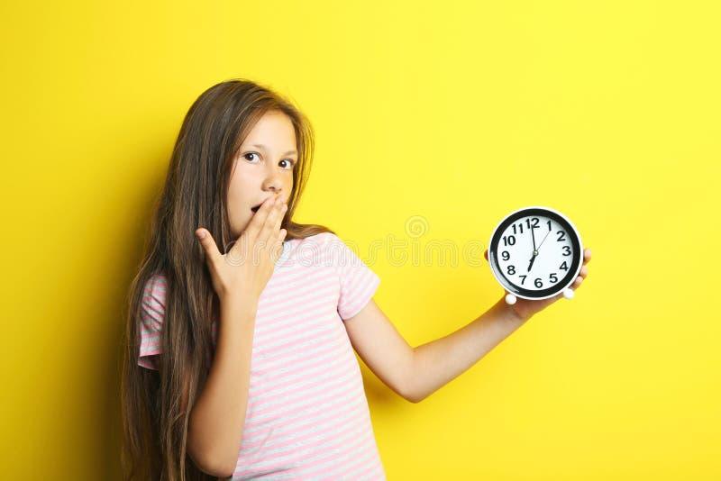 красивейшая девушка часов стоковые изображения rf