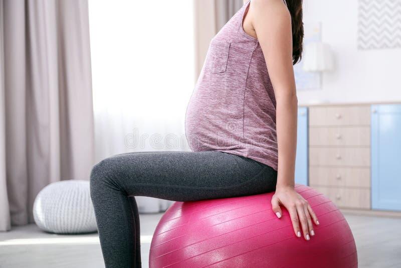 красивейшая делая беременная женщина тренировки стоковые изображения rf
