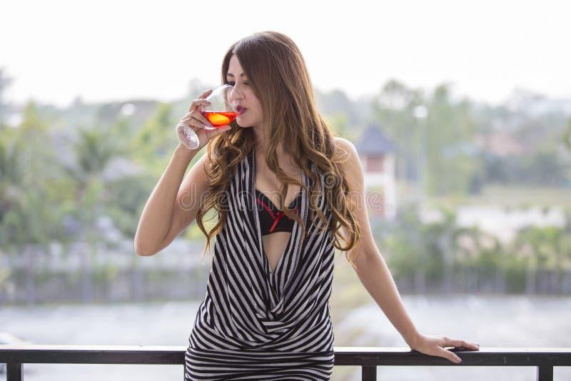 Красивейшая девушка выпивая красное вино стоковое фото rf
