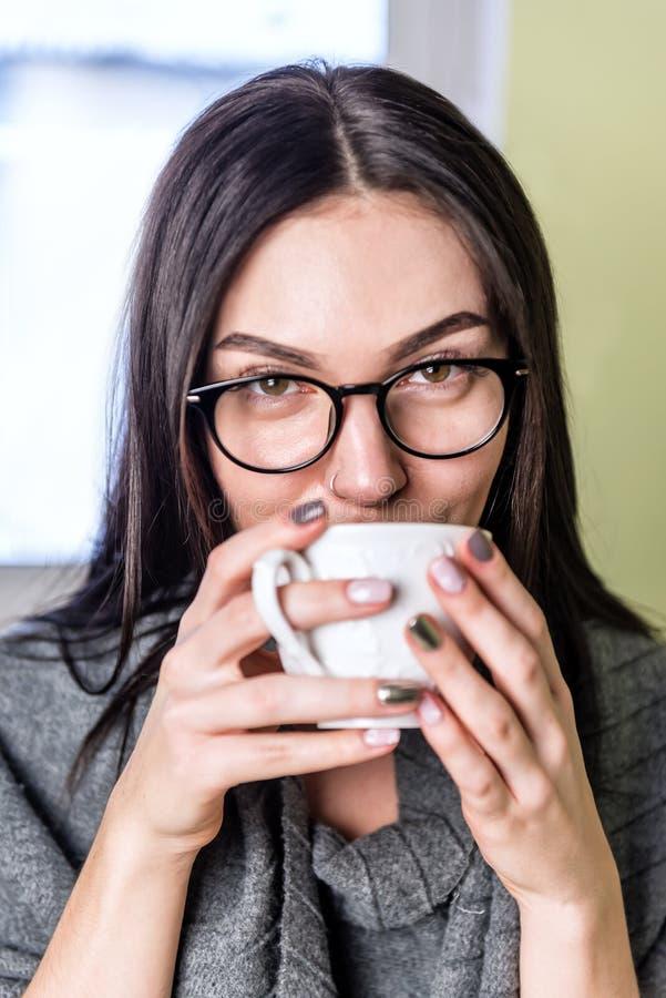 красивейшая девушка кофе стоковое фото rf