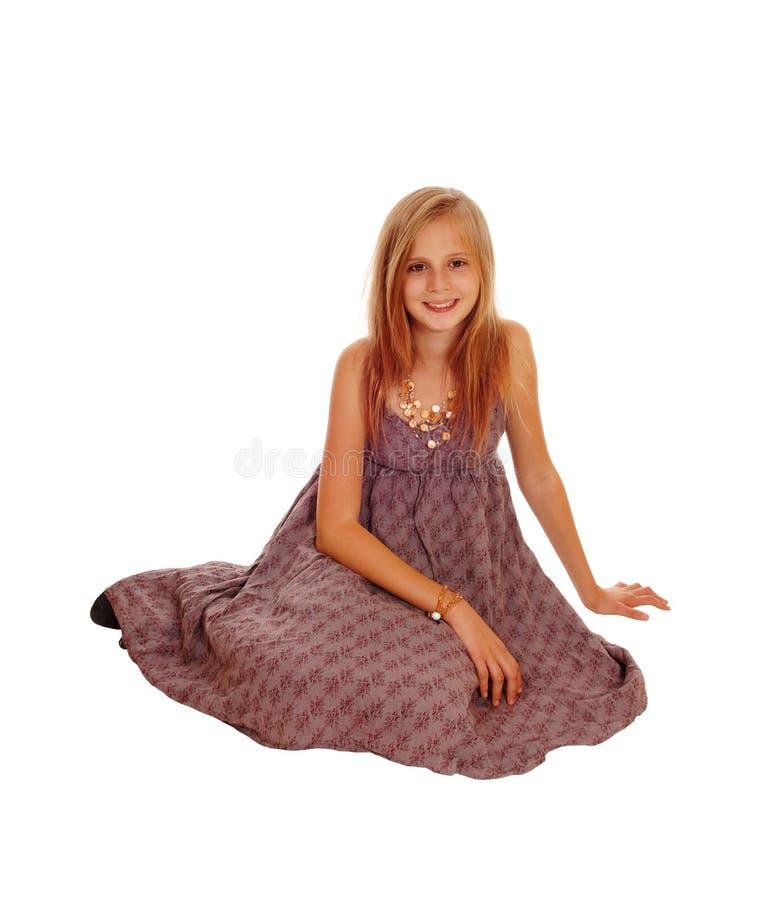 красивейшая девушка пола немногая сидя стоковые изображения rf