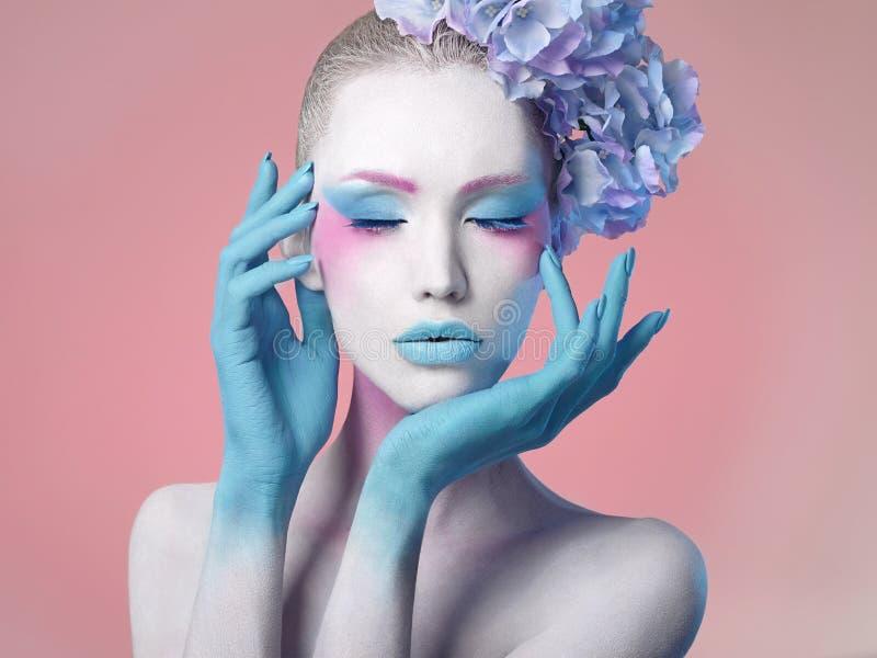 красивейшая девушка Стиль причёсок цветка ART тела стоковые изображения