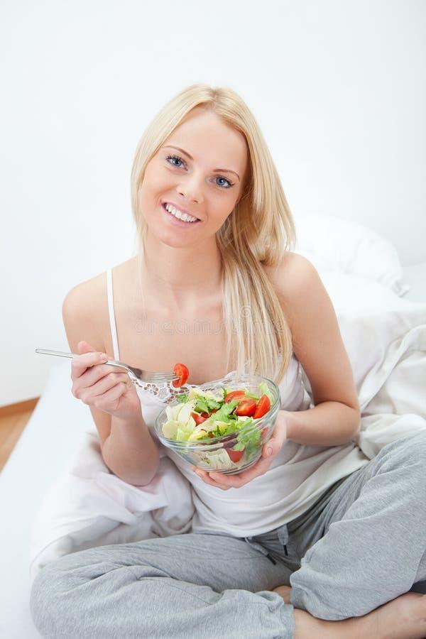 красивейшая есть женщина зеленого салата стоковые фотографии rf