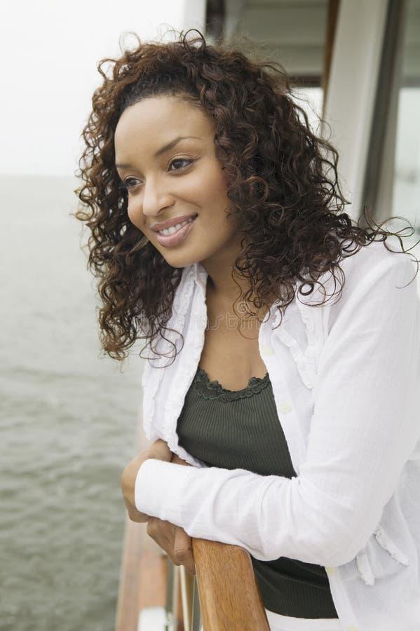 Красивейшая женщина афроамериканца на яхте стоковые фотографии rf