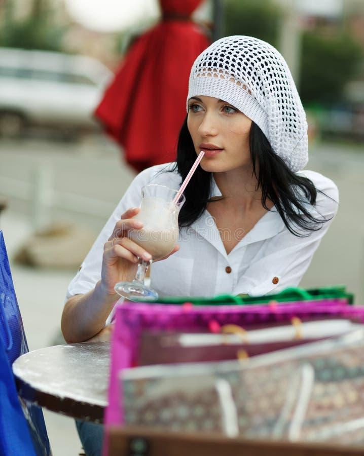 Красивейшая женщина брюнет после ходить по магазинам стоковая фотография