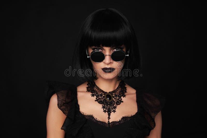 Красивейшая женщина брюнет Стиль Gothick стоковое фото